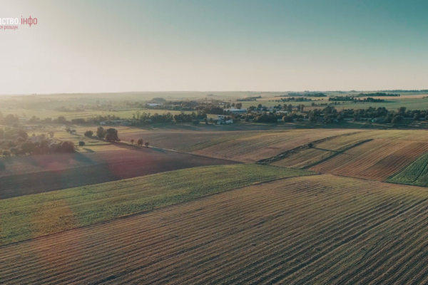 Два трактори за межами Рівного, Україна