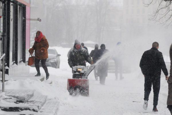 Сніг у центрі Києва прибиратиме компанія, яка фігурує в розслідуванні про розкрадання