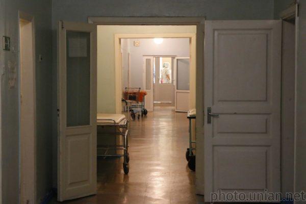 Деякі київські лікарні виписують невиліковно хворих пацієнтів додому