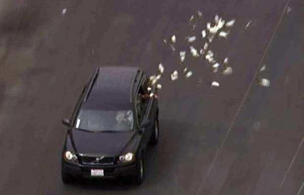 Тікав від правоохоронців і викидав гроші з вікна автівки: поліцейського у Харкові судитимуть за хабар