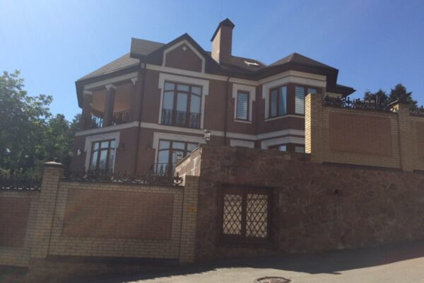 Митрополит ПЦУ має у власності два будинки, дві квартири та Land Cruiser