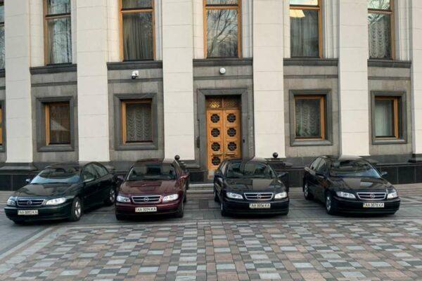 Депутатське таксі: хто з парламентарів найактивніше користувався службовими авто