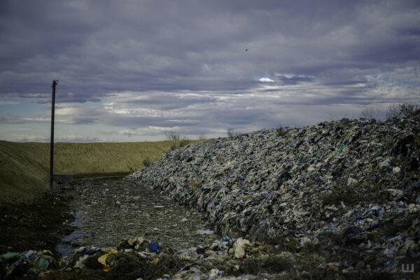 На Буковині за 200 тисяч гривень пересиплять ґрунтом сміттєзвалище — для запобігання коронавірусу