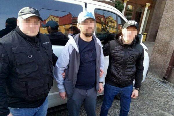 Працівники міграційної служби прописували вдома злодіїв та підробляли для них паспорти